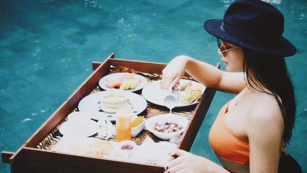 Pesona Cantik Jihane Almira Saat Nikmati Floating Breakfast