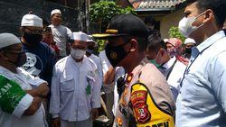 Momen Polisi Dihadang Laskar FPI Saat Antar Surat Panggilan Habib Rizieq