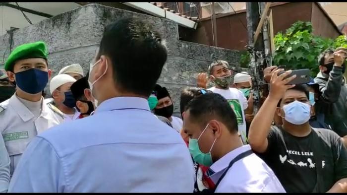 Polisi kembali dihadang massa di Petamburan.