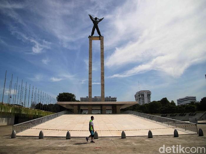 Fenomena langit biru Jakarta menarik atensi masyarakat. Hari ini, kawasan Lapangan Banteng tampak semakin mempesona dengan pemandangan langit biru Jakarta.