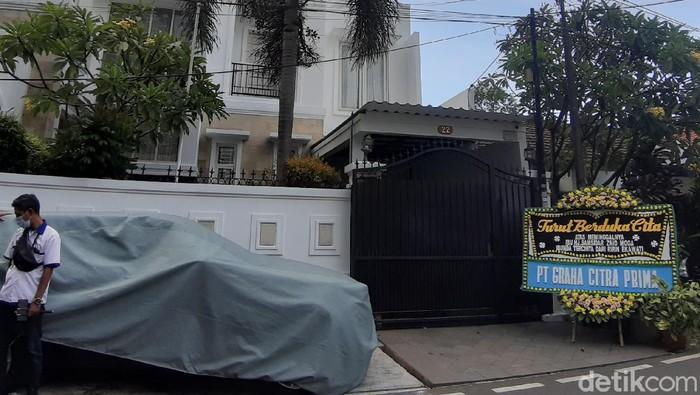 Rumah Ririn Ekawati terlihat sepi setelah kabar meninggalnya sang bunda