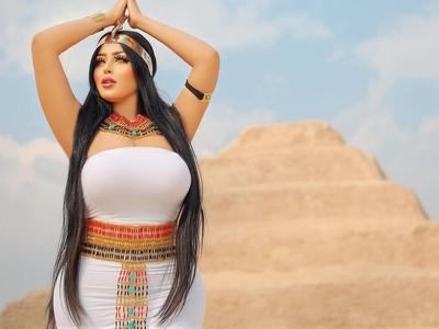 Piramida Mesir Ternoda Gara-gara Pose Nakal Model Seksi