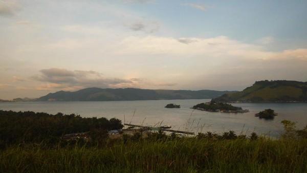 Di masa lalu, manusia prasejarah memilih Bukit Yomokho sebagai perkampungan bukan karena sunsetnya yang indah, tetapi karena lokasinya dekat dengan danau. Danau berfungsi sebagai sumber air bersih, sekaligus sumber protein untuk berburu ikan. (Hari Suroto/Istimewa)