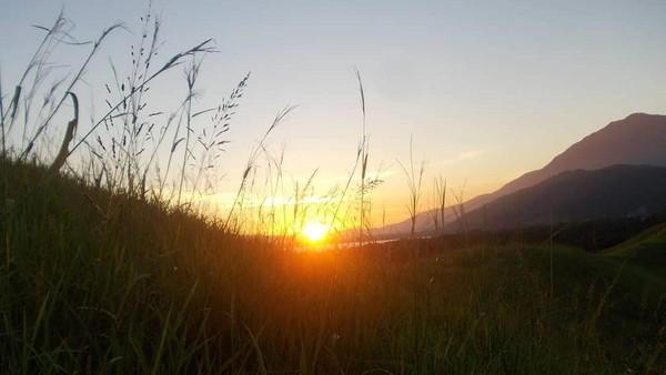Bukit Yomokho memiliki pemandangan yang Instagramable, terutama saat panorama sunset datang, dengan latar belakang Danau Sentani yang memukau dari ketinggian. (Hari Suroto/Istimewa)