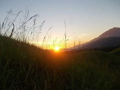 Saat Matahari Terbenam dengan Indahnya di Tepi Danau Sentani