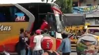 Viral Video Bus Ngeblong di Lamongan, Sopirnya Dihajar Warga