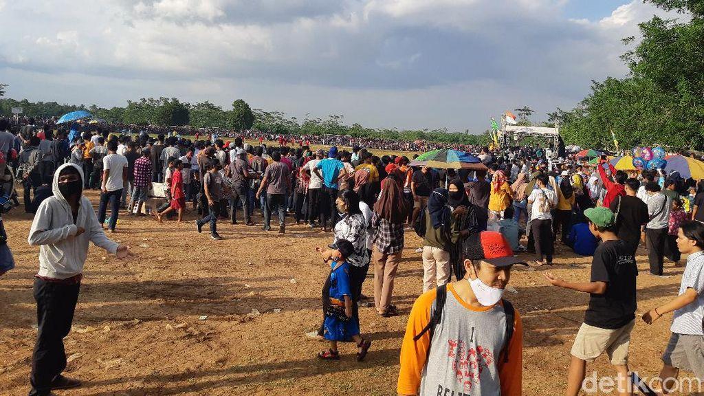Duh, Ribuan Orang Sesaki Lapangan Nonton Sepakbola Tarkam di Serang