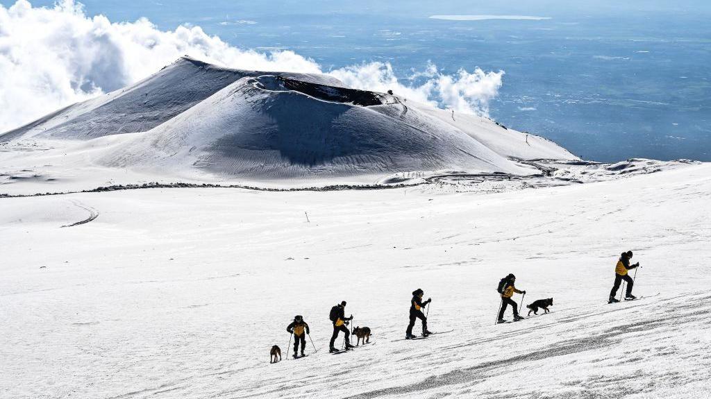 Intip Aktivitas Patroli Gunung Etna di Italia