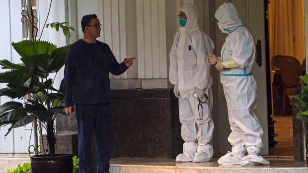 Gubernur DKI Jakarta Anies Baswedan melakukan panggilan video dengan keluarganya saat menjalani isolasi di rumah dinasnya di Menteng, Jakarta Pusat, Kamis (3/12/2020). Anies Baswedan terkonfirmasi positif COVID-19 sejak Selasa (1/12) setelah melakukan tes usap PCR pada Senin (30/11) dan saat ini menjalani isolasi mandiri tanpa didampingi keluarga. ANTARA FOTO/Aditya Pradana Putra/wsj.