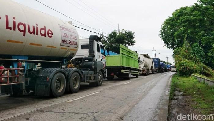 Arus lalu lintas dari Cilegon menuju Anyer macet 2 kilometer, Kamis (3/12/2020). Kemacetan dipicu banjir yang merendam Jalan Raya Cilegon-Anyer setinggi 80 cm.