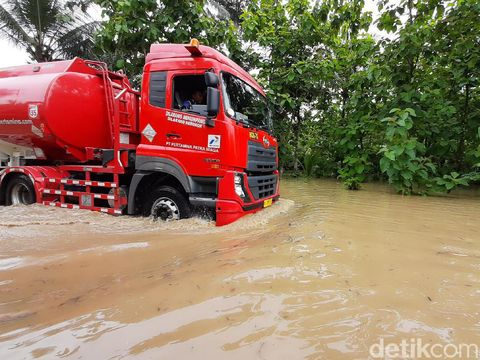 Banjir di jalan Patikraja-Banyumas, Kamis (3/12/2020).