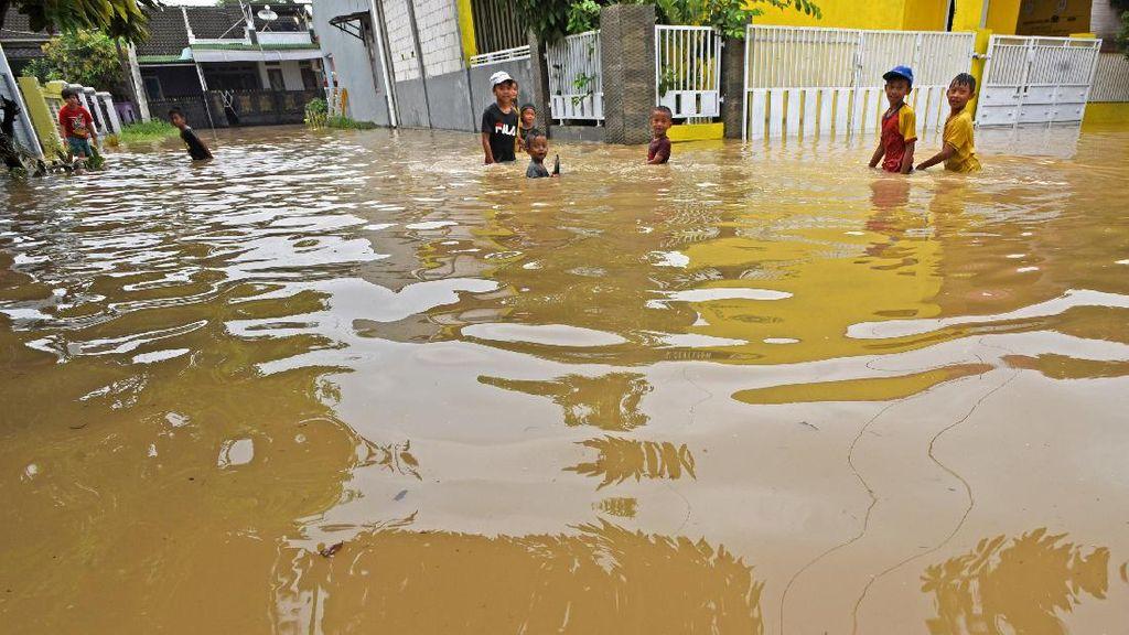 Hujan Lebat  Bikin Kampung Cipocok Banjir