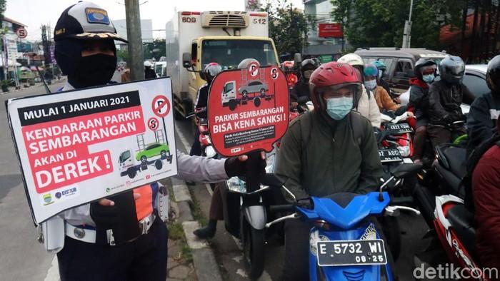 Dinas Perhubungan (Dishub) Kota Bandung melakukan sosialisasi Perda Derek kepada para pengguna jalan.