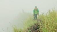 Tim survei dan pemetaan Gunung Pyramid melakukan tugasnya selama beberapa hari. Mereka terdiri dari anggota Wanadri dan anggota APGI (Asosiasi Pemandu Gunung Indonesia).