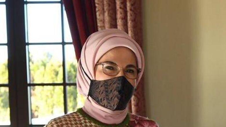 Ibu Negara Turki Emine Erdogan mengenakan masker batik