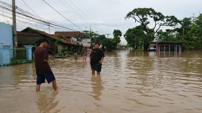 Jalan Raya Cilegon Anyer terendam banjir, kendaraan tidak bisa melintas.