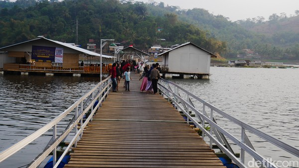 Wisatawan juga bisa menikmati sore dengan menaiki perahu yang bersandar di pinggir sungai. Cukup merogoh kocek Rp 20 ribu, wisatawan bisa puas menikmati pemandangan sungai.