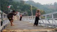 Hanya perlu mengeluarkan uang sebesar Rp 10 ribu per orang, wisatawan bisa berkeliling di sekitar jembatan menikmati indahnya di sekitaran aliran Sungai Citarum.