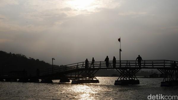 Jembatan Bucin membelah aliran Sungai Citarum. Jembatan tersebut dibangun oleh pihak swasta dan menjadi akses penyeberangan utama.