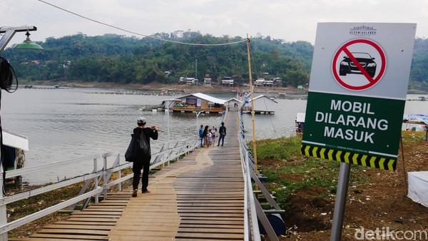 Jembatan Bucin merupakan gabungan dari dua nama kampung yang berada di masing-masing ujung jembatan, yakni Kampung Bunder dan Kampung Cimonyet.