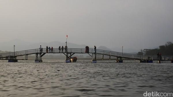 Salah satu objek wisata yang tengah menyita perhatian wisatawan yakni Jembatan Cidulang atau yang lebih dikenal dengan nama Jembatan Bucin.