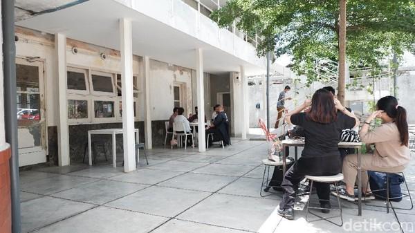 Kafe ini mengusung konsep abandoned building yang ditata agar tetap nyaman, bersih dan sedap dipandang. Selain cocok dijadikan tempat nongkrong, Didago Bandung juga menarik untuk dijadikan tempat berfoto yang Instagramable.