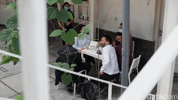 Lokasinya yang diapit oleh Dekranasda Jawa Barat dan toko perlengkapan olahraga membuat kafe ini cukup tersembunyi. Tapi jangan salah sangka, tempatnya lega dan nyaman lho.