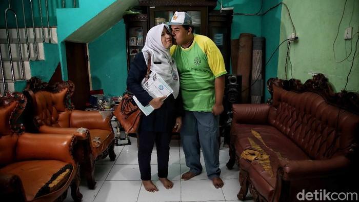 Ira Astuti (46) menemani aktivitas buah hatinya anak berkebutuhan khusus Dzulfan Adira (20) di rumahnya kawasan Tanjung Priok, Jakarta Utara.