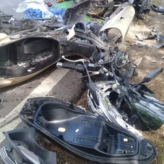 Kecelakaan lalu lintas terjadi di jalan umum Ponorogo-Solo KM 13-14. Tepatnya di Desa Blembem, Kecamatan Jambon.
