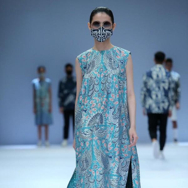 10 Koleksi Batik Kasual Iwan Tirta yang Dirilis di Jakarta Fashion Week 2021