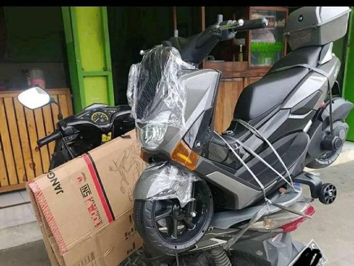 Seringkali ojol terpaksa mengangkut barang yang ukuran dan bobot berlebih dari kapasitas dan dimensi sepeda motor.