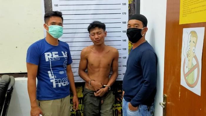 Mattotorang alias Matto (25) warga Jeneponto, Sulsel ditangkap usai mencuri ban mobil polisi (dok. Istimewa).