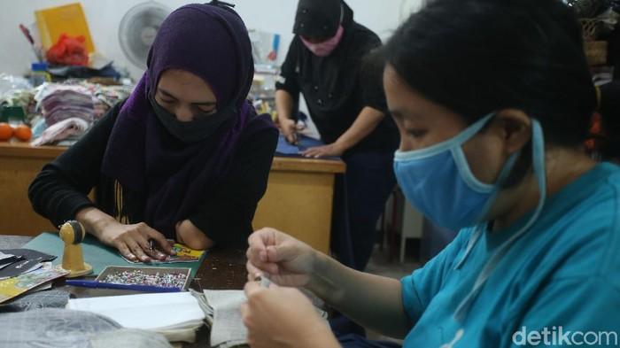 Difabel bukan alasan untuk berhenti berkaya, di Workshop Precious One, Jakarta Barat sejumlah penyendang disabilitas terus berkreasi tanpa batas.