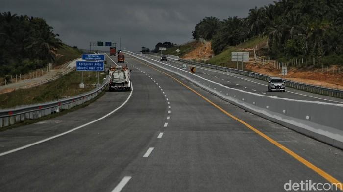 Jalan tol pertama di Provinsi Riau yakni Jalan Tol Trans Sumatera (JTTS) ruas Pekanbaru-Dumai sudah rampung dan diresmikan Jokowi. Yuk, lihat lebih dekat penampakannya.