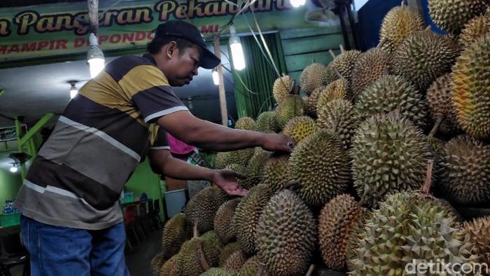 Menjelajah Riau, belum afdol rasanya jika tidak menikmati kelezatan durian Pekanbaru yang khas. Penasaran?