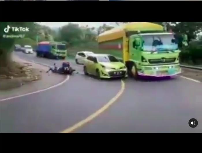 Mobil Nyalip di Tikungan Berujung Kecelakaan