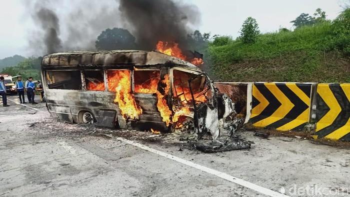 mobil terbakar di Tol Nganjuk-Madiun beredar di aplikasi percakapan whatsapp