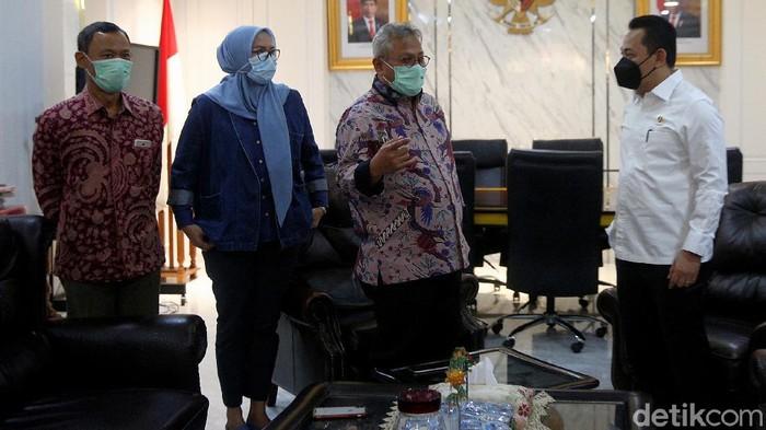 Kabareskrim Komjen Pol Listyo Sigit Prabowo beserta jajaran menyambangi markas KPU di Jakarta. Pertemuan tersebut untuk membahas keamanan Pilkada serentak 2020.