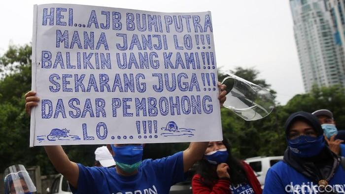 Seratusan nasabah asuransi Bumiputera melakukan aksi unjuk rasa di Kantor Pusat asuransi Bumiputera, Jakarta, Kamis (3/12/2020). Mereka menuntut pembayaran klaim yang tak kunjung dicairkan oleh perusahaan. Bumiputera diketahui memiliki tunggakan klaim senilai Rp 5,3 triliun saat memasuki 2020. Jumlah tersebut diperkirakan akan menggelembung hingga Rp 9,6 triliun pada akhir tahun ini.