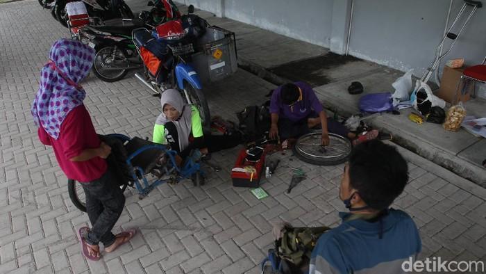 Memperingati Hari Disabilitas Internasional sejumlah relawan difabel menggelar layanan perbaikan kursi roda gratis di Bantul, Yogyakarta.