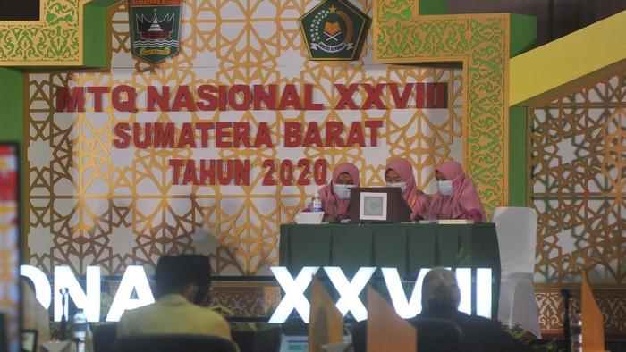 Perhelatan Musabaqah Tilawatil Quran (MTQ) Nasional XVIII di Kota Padang, Sumatera Barat tetap dilaksanakan meski masih dalam masa pandemi COVID-19.