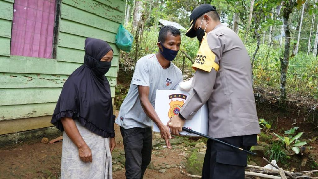 Lewati Sungai-Lereng Gunung, Polisi di Aceh Antar Bantuan untuk Warga Miskin