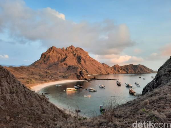 Pulau Padar yang menjadi bagian kawasan Taman Nasional Komodo telah dibuka kembali sejak 15 Agustus 2020. detikTravel bersama Kementerian Pariwisata dan Ekonomi Kreatif (Kemenparekraf) dan Garuda Indonesia berkunjung ke sana untuk melihat kondisi terkini Pulau Padar yang dilengkapi protokol kesehatan untuk pengunjung.