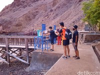 Di pintu masuk disediakan wastafel untuk mencuci tangan. Sebelum memulai trekking menuju puncak bukit di Pulau Padar, wisatawan juga wajib menunjukkan hasil tes bebas COVID-19 dan diperiksa suhu tubuhnya. Jika suhu di bawah 37,5 derajat celcius, wisatawan diizinkan masuk. Selain itu mereka juga wajib membawa masker.