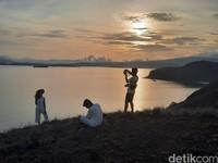 Sembari mendaki, wisatawan menyempatkan diri untuk berfoto. Kecantikan Pulau Padar memang sayang bila tak diabadikan dalam potret.