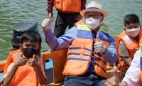 Selain memberikan perahu wisata, Ridwan Kamil juga tidak henti-hentinya meminta masyarakat dan Pemkot Depok untuk bisa mempertahankan sekaligus memperbaiki level kewaspadaan Kota Depok yang merujuk data periode 23-29 November 2020 berada di Zona Oranye (Risiko Sedang). (Humas Pemprov Jawa Barat)