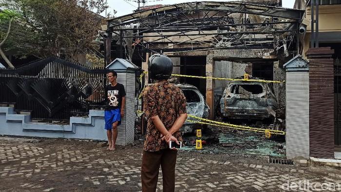 Rumah Kepala Seksi Perbekalan dan Farmasi Dinkes Tulungagung, Masduki diduga dibakar orang tak dikenal. Dua mobil dan satu sepeda motor juga ludes terbakar.