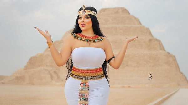 Inilah Salma Al Shimi, model seksi dari Mesir yang sedang tersandung masalah. Foto-fotonya yang seksi di depan piramida Djoser di Kota Saqarra dianggap tidak pantas. (dok. Instagram)