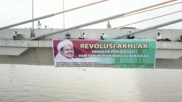 Spanduk Habib Rizieq Bertuliskan Revolusi Akhlak Sempat Terpasang di Jembatan Ampera