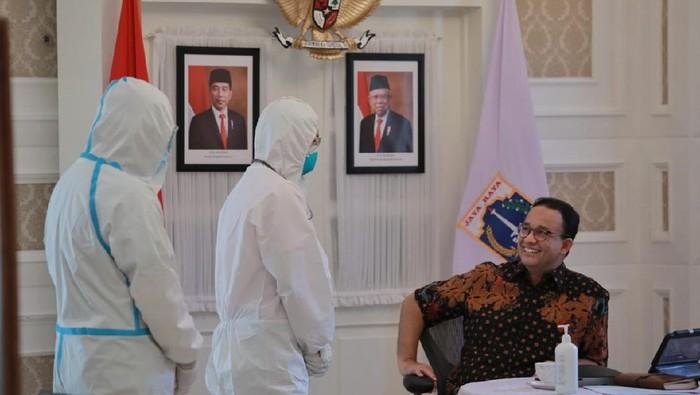 Suasana saat Gubernur DKI Jakarta Anies Baswedan melaksanakan rapat virtual dari tempat isolasi mandiri di Rumah DIinas.